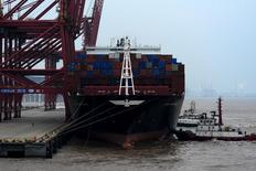 Un buque de carga anclado en un puerto de Zhoushan, provincia de Zhejiang, China, 14 de febrero del 2016. Las exportaciones chinas cayeron un 11,2 por ciento en enero respecto al mismo mes del año anterior y las importaciones bajaron un 18,8 por ciento, ambas mucho más que lo previsto, lo que aumenta la presión sobre las autoridades para que adopten nuevas medidas que permitan frenar la desaceleración de la economía. REUTERS/Stringer ATENCIÓN EDITORES: ESTA IMAGEN HA SIDO PROPORCIONADA POR UNA TERCERA PARTE. SE DISTRIBUYE, EXACTAMENTE COMO FUE RECIBIDA POR REUTERS, COMO UN SERVICIO A CLIENTES. SÓLO PARA USO EDITORIAL. NO ESTÁ A LA VENTA PARA MARKETING O CAMPAÑAS DE PUBLICIDAD EN CHINA.