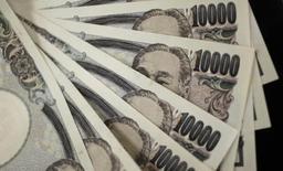 Банкноты по 10000 иен. Токио, 2 августа 2011 года.  Иена немного укрепилась по отношению к доллару США в среду, после того как рост цен на нефть вновь сошел на нет и возобновился спрос на безопасную японскую валюту. REUTERS/Yuriko Nakao