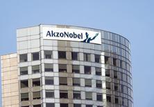 Akzo Nobel a annoncé mercredi qu'il rachèterait la filiale de revêtements industriels de BASF pour 475 millions d'euros, afin de renforcer sa position sur différents marchés. /Photo d'archives/REUTERS/Toussaint Kluiters/United Photos