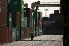 Les exportations japonaises ont enregistré en janvier leur plus forte baisse depuis la crise financière en raison de la faiblesse de la demande en Chine et sur d'autres grands marchés. Les ventes de biens japonais à l'étranger ont chuté de 12,9% le mois dernier par rapport à janvier 2015.  /Photo prise le 18 janvier 2016/REUTERS/Thomas Peter