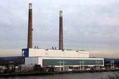 La direction d'EDF a annoncé jeudi en comité central d'entreprise (CCE) son intention de fermer la centrale électrique de Porcheville (Yvelines) et deux tranches sur quatre de celle de Cordemais (Loire-Atlantique) d'ici à 2018. /Photo prise le 18 janvier 2016/REUTERS/Jacky Naegelen