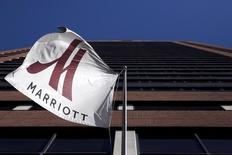 Marriott International est l'une des valeurs à suivre sur les marchés américains, la chaîne hôtelière ayant annoncé une hausse de 4% de son chiffre d'affaires trimestriel, à 3,71 milliards de dollars, en raison notamment de tarifs plus élevés en Amérique du Nord. Le bénéfice net a progressé à 202 millions de dollars au quatrième trimestre contre 197 millions un an plus tôt. /Photo d'archives//REUTERS/Andrew Kelly