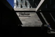 Los operadores de banda ancha en España aceleraban el despliegue de sus redes de fibra óptica en la recta final de 2015, pendientes de la nueva regulación del sector, que podría obligar a Telefónica, el líder del mercado, a abrir parte de su infraestructura a sus rivales más pequeños. En esta imagen de archivo, dos miembros de seguridad (D y C, oculto), vigilan la sede de Telefónica en Madrid, el 25 de febrero de 2015.  REUTERS/Juan Medina