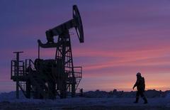Насос-качалка на нефтяном месторождении около Уфы, принадлежащем компании Башнефть.  Цены на нефть снижаются за счет рекордных запасов в США, напомнивших инвесторам об избытке нефти на мировом рынке. AREUTERS/Sergei Karpukhin/Files
