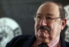"""Итальянский писатель Умберто Эко в Мадриде 13 декабря 2010 года. Итальянский писатель Умберто Эко, который получил известность в 1980-е благодаря роману """"Имя розы"""", ушёл из жизни на 85-м году жизни, сообщили итальянские СМИ. REUTERS/Andrea Comas"""