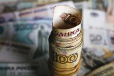 Рублевые купюры в Варшаве, Польша 22 января 2016 года. Центробанк РФ одобрил ряду системно значимых банков кредитные линии на сумму около 600 миллиардов рублей для соблюдения норматива краткосрочной ликвидности (LCR), вступившего в силу с января этого года, сказала глава ЦБР Эльвира Набиуллина в интервью Рейтер. REUTERS/Kacper Pempel