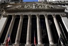 La Bourse de New York a ouvert lundi en hausse, soutenue par une hausse des cours du pétrole et des autres ressources de base qui ranime l'appétit des investisseurs pour le risque. L'indice Dow Jones gagne 0,83% quelques minutes après l'ouverture, le Standard & Poor's 500 progresse au même moment de 0,93% et le Nasdaq Composite prend 1,03%. /Photo prise le 20 janvier 2016/REUTERS/Mike Segar