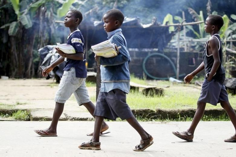 Children return from school in the mid-morning, in Ikarama village on the outskirts of the Bayelsa state capital, Yenagoa, in Nigeria's delta region October 8, 2015.    REUTERS/Akintunde Akinleye