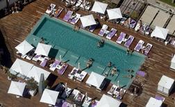 La ocupación hotelera experimentó un aumento de un 7,3 por ciento en enero respecto al mismo mes de 2015, según datos provisionales publicados el martes por el Instituto Nacional de Estadística (INE). En la imagen de archivo, una vista de pájaro de la piscina de un hotel situado en el barrio de la Barceloneta, en Barcelona, el 16 de agosto de 2015. REUTERS/Albert Gea