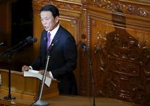 En la imagen, el ministro de Finanzas japonés, Taro Aso, ofrece declaraciones durante una sesión de la cámara baja del parlamento de Tokio, el 4 de enero de 2016. El ministro de Finanzas de Japón, Taro Aso, no descartó la posibilidad de recopilar un presupuesto suplementario al inicio del año fiscal que comienza en abril, lo que sugiere la posibilidad de un estímulo adicional para apoyar a la debilitada economía. REUTERS/Toru Hanai