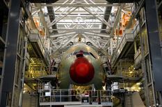 Airbus Group a décidé de relever sa production de long-courriers A330 pour faire face à la demande mais le groupe européen d'aérospatiale et de défense met en garde sur le risque qui subsiste concernant l'avion de transport militaire A400M, victime de retards. /Photo d'archives/REUTERS/Philippe Wojazer