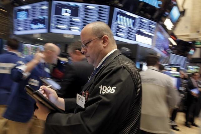 2月24日、米国株式市場は反発した。金融株を中心に売りが活発化する場面があったものの、原油価格の反転上昇につれて取引終盤に持ち直した。ニューヨーク証券取引所で撮影(2016年 ロイター/Brendan McDermid)
