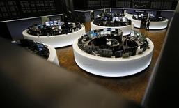 Les Bourses européennes ont ouvert en nette progression jeudi après deux jours consécutifs de baisse. À Paris, l'indice CAC 40 avance de 1,64% à 4.223,31 points vers 08h40 GMT. À Francfort, le Dax prend 0,81% et à Londres, le FTSE progresse de 1,68%. /Photo prise le 23 février 2016/REUTERS/Kai Pfaffenbach