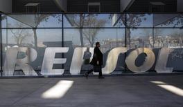 Repsol annonce jeudi une réduction de 20% environ du dividende payé sur les résultats de 2015, exercice sur lequel il a été déficitaire, le marasme des marchés pétrolier et gazier l'ayant obligé à constituer des dépréciations exceptionnelles. Le pétrolier espagnol a enregistré une perte nette de 1,23 milliard d'euros en 2015. /Photo d'archives/REUTERS/Andrea Comas