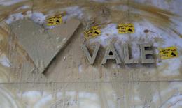 Le groupe minier brésilien Vale a annoncé jeudi son intention de céder une palette d'actifs après avoir accusé sa plus lourde perte trimestrielle depuis au moins vingt ans, conséquence de l'effondrement des prix des matières premières et notamment du minerai de fer, sa principale activité. /Photo prise le 15 novembre 2015/REUTERS/Sergio Moraes