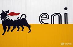 Логотип Eni в Сан-Донато-Миланезе 5 февраля 2013 года. Итальянская нефтегазовая компания Eni завершила четвертый квартал с убытком и планирует на 20 процентов снизить инвестиции в этом году. REUTERS/Stefano Rellandini