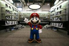 Фигурка Марио, персонажа игр компании Nintendo, на выставке  Consumer Electronics Show в Лас-Вегасе 7 января 2007 года. Японский производитель игровых приставок и видеоигр Nintendo Co сократил годовой прогноз прибыли из-за укрепления иены и не оправдавших ожидания продаж портативной консоли 3DS и программного обеспечения. REUTERS/Rick Wilking