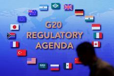 En la imagen, un hombre asiste a la conferencia del G20 en el distrito financiero de Pudong en Shanghái, China, 25 de febrero, 2016. La Organización para la Cooperación y el Desarrollo Económico (OCDE) pidió el viernes a las 20 economías más grandes del mundo que aceleren el ritmo de sus reformas para impulsar el crecimiento económico, en medio de un comercio apagado y una inversión débil. REUTERS/Aly Song