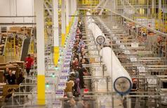 Imagen de archivo de la bodega de Amazon en Tracy, EEUU, nov 30, 2014. El crecimiento económico de Estados Unidos se desaceleró en el cuarto trimestre de 2015, pero no tanto como se creía, con empresas menos agresivas a la hora de reducir sus inventarios no deseados, lo que podría afectar a la producción en los primeros tres meses de 2016.  REUTERS/Noah Berger