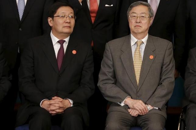 2月27日、中国の楼継偉財政相(写真左)は、20カ国・地域(G20)財務相・中央銀行総裁会議の閉幕に際し、構造改革の深化は世界経済の課題に対処する上で抜本的な方法、との認識を示したほか、世界経済の力強く持続的かつ均衡のとれた成長に向け、中国はG20各国と協力すると述べた。写真右は中国人民銀行の周小川総裁。同日撮影(2016年 ロイター/Aly Song)