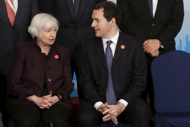 2月27日、オズボーン英財務相(写真右)は、英国が欧州連合(EU)から離脱すれば世界経済への打撃になるとの見解で20カ国・地域(G20)が一致したことを明らかにした。写真は上海G20でイエレン米連邦準備理事会(FRB)議長と話すオズボーン英財務相。同日撮影(2016年 ロイター/Aly Song)