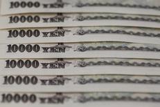 Купюры валюты иена в Токио 28 февраля 2013 года. Иена резко выросла по отношению к доллару в понедельник, восстанавливая потери предыдущей сессии на фоне воодушевляющих данных из США, поскольку падение фондовых рынков оживило спрос на безопасную японскую валюту. REUTERS/Shohei Miyano