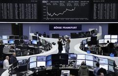 Operadores trabajando en la Bolsa de Fráncfort, Alemania. 25 de febrero de 2016. Las bolsas europeas retrocedían el lunes desde máximos en tres semanas, encaminándose a su tercer mes consecutivo de pérdidas, después de que la reunión del fin de semana del G20 concluyó sin medidas nuevas y concretas para impulsar el crecimiento mundial. REUTERS/Staff/Remote
