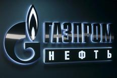 Логотип Газпромнефти в офисе компании в Ханты-Мансийске. 28 января 2016 года. Газпромнефть, нефтяное крыло Газпрома, в 2015 году снизила чистую прибыль по МСФО на 10 процентов. REUTERS/Sergei Karpukhin