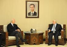 Министр иностранных дел Сирии Валид аль-Муаллем (справа) говорит со спецпосланником ООН Стаффаном де Мистурой в Дамаске. Фото предостоавлено информагентством SANA 16 февраля 2016 года. ООН отложит следующий этап мирных переговоров о Сирии на два дня, чтобы дать окончательно установиться перемирию, вступившему в силу в субботу, 27 февраля, сказал де Мистура. REUTERS/SANA/Handout via Reuters