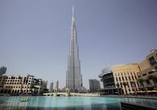 """En la imagen de archivo, se ve a trabajadores a bordo de un bote en un lago artificial del Dubai Mall frente al Burj Khalifa, el edificio más alto del mundo (828 metros) en Dubái, el 24 de marzo de 2010. Dubái construirá una """"ciudad mayorista"""" de 30.000 millones de dirham (8.200 millones de dólares) que, según dice, se convertirá en el principal centro mundial de actividad mayorista, afirmó la agencia de noticias estatal WAM. REUTERS/Mohammed Salem"""