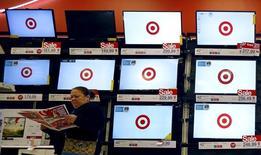 Target est l'une des valeurs à suivre jeudi sur les marchés américains après avoir annoncé qu'il investirait de 2 à 2,5 milliards de dollars par an à partir de 2017 afin d'améliorer sa chaîne d'approvisionnement et son infrastructure technologique. /Photo d'archives/REUTERS/Jim Young