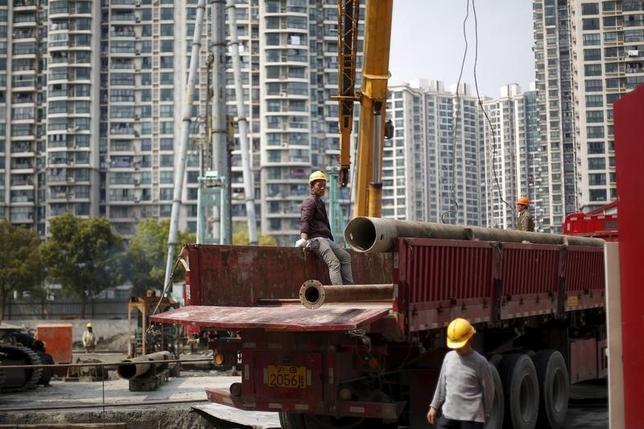 3月4日、上海では不動産が熱狂的に買われており、新たなバブル形成の兆しが見える。上海のマンション建設現場で昨年3月撮影(2016年 ロイター/Aly Song)