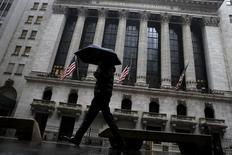 """Les brokers de Wall Street ont versé un bonus moyen de 146.200 dollars (133.310 euros) en 2015, en baisse de 9% par rapport à 2014, la volatilité des marchés ayant affecté leurs bénéfices. L'estimation ne comprend pas les """"stock options"""", ni les autres modes de rémunérations différées, pas plus que les bonus versés aux employés basés en dehors de la ville. D'autre part, les bénéfices 2015 du secteur ont diminué de 10,5% à 14,3 milliards de dollars. /Photo prise le 24 février 2016/REUTERS/Brendan McDermid"""