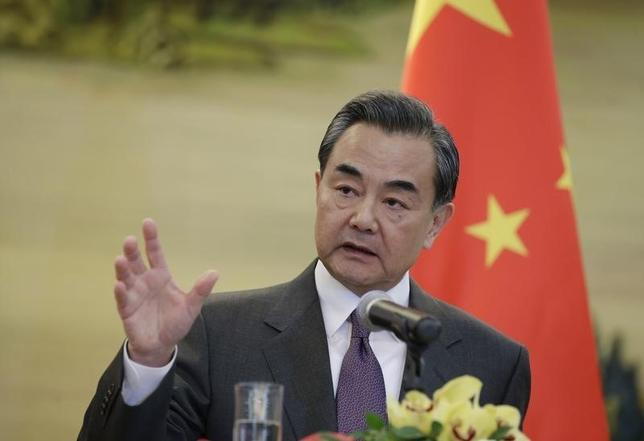 3月8日、中国の王毅外相は、記者会見で、表裏がある日本政府が常にトラブルを起こそうとしていると批判し、中国としては日本との関係改善を楽観する理由が乏しいとみていると述べた。写真は同外相。北京で1月撮影(2016年 ロイター/Jason Lee)