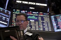 La Bourse de New York a débuté dans le vert mercredi, profitant de la remontée des cours du pétrole même si les investisseurs restent préoccupés par les signes de faiblesse de l'économie chinoise. Quelques minutes après le début des échanges, l'indice Dow Jones gagne 0,25%, le Standard & Poor's 500 progresse de 0,29% et le Nasdaq Composite prend 0,15%. /Photo prise le 4 mars 2016/REUTERS/Brendan McDermid