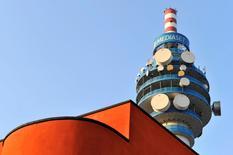 Imagen de archivo de la torre Mediaset en Milán, feb 25, 2011. El operador de televisión italiano Mediaset está en conversaciones para vender su unidad de televisión de pago al grupo francés de medios Vivendi y se podría cerrar pronto un acuerdo, dijeron tres fuentes cercanas a las conversaciones.   REUTERS/Paolo Bona