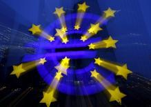 El Banco Central Europeo (BCE) se dispone a anunciar el jueves su segundo cóctel de estímulos económicos en tres meses, presionado por el temor a una perpetuación de una inflación ultrabaja debido al bajo coste de la energía que afecta a los salarios y los precios.  En la imagen, el logo del BCE fuera de la sede del BCE en Fráncfort en Alemania, 19 de enero de 2016. REUTERS/Kai Pfaffenbach