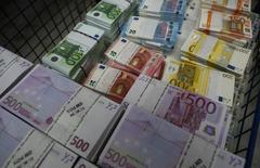 Банкноты евро в штаб-квартире Money Service Austria в Вене. 3 марта 2016 года. Евро подскочил до трехнедельного пика к доллару в четверг, восстановившись после падения до минимума шести недель, на комментариях главы Европейского центробанка Марио Драги о том, что он не ждет новых понижений процентных ставок для оживления слабой экономики еврозоны. REUTERS/Leonhard Foeger