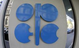 Логотип ОПЕК в Вене. 7 ноября 2013 года. Встреча стран, входящих в нефтеэкспортную организацию ОПЕК, и производителей сырья вне ОПЕК, пока под вопросом, поскольку главной преградой для неё остается нежелание Ирана участвовать заморозке производства сырья, говорят источники. REUTERS/Leonhard Foeger