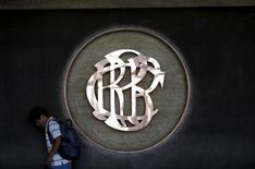 El logo del Banco Central de Perú en el edificio de la institución en Lima, abr 7, 2015. El Banco Central de Perú espera que la inflación de marzo sea mayor a la de febrero, cuando anotó una tasa de un 0,17 por ciento, debido a factores estacionales como el aumento de los precios de la educación y de los alimentos, dijo el viernes el jefe de estudios económicos del organismo, Adrián Armas.  REUTERS/Mariana Bazo
