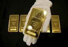 Слитки золота на Korea Gold Exchange в Сеуле 31 июля 2015 года. Цены на золото растут, приближаясь к 13-месячному максимуму, накануне совещаний ФРС и Банка Японии, от итогов которых зависит дальнейшее направление рынка. REUTERS/Kim Hong-Ji