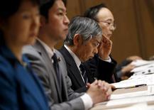 El Banco de Japón mantuvo el martes su política monetaria sin cambios, pero ofreció una perspectiva más sombría de la economía y advirtió del debilitamiento de las expectativas inflacionarias, apuntando a factores desfavorables que podrían justificar nuevas medidas de estímulo en el futuro. Enla imagen, el gobernador del Banco de Japón, Haruhiko Kuroda mira a unos papeles durante una reunión del comté financiero de la cámara alta del Parlamento en Tokio, Japón, el 18 de febrero de 2016. REUTERS/Toru Hanai