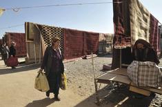 Ковровый рынок в Ашхабаде. 8 февраля 2012 года. Рост ВВП Туркмении - крупнейшего экспортера природного газа в Центральной Азии - в 2015 году замедлился до 6,5 процента с 10,3 процента годом ранее, говорится в уточненных данных Госкомстата Туркмении. REUTERS/Aman Mehinli