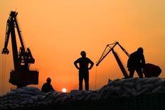Trabajadores cargan productos importados en el puerto de Nantong en la provicia de Jiangsu, China, el 24 de febrero de 2016. Los declives en el comercio exterior de China se reducirán después de marzo, aunque se espera que las condiciones comerciales sean más severas este año que en el 2015, dijo el miércoles un portavoz del Ministerio de Comercio. REUTERS/China Daily