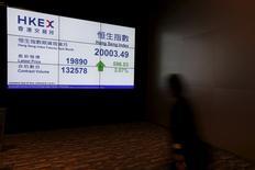 Дисплей биржи Гонконга, демонстрирующий динамику индекса Hang Seng. Китайский фондовый рынок вырос в понедельник после того, как государственный кредитор China Securities Finance сообщил о возобновлении кредитного бизнеса и снизил расходы на заимствования для брокеров.   REUTERS/Bobby Yip