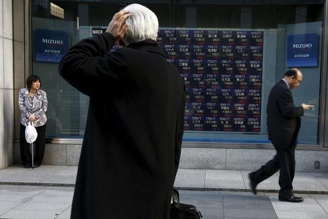 3月22日、前場の東京株式市場で、日経平均株価は前営業日比336円98銭高の1万7061円79銭となり、5日ぶりに反発した。写真は都内で2日撮影(2016年 ロイター/ Thomas Peter)