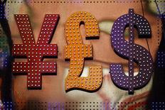Символы валют (слева направо) иена, фунт и доллар США в Гонконге 30 октября 2014 года. Доллар торгуется с незначительными изменениями в среду, поддерживаемый воинственными комментариями представителей Федрезерва США и после реакции инвесторов Азии на новости о взрывах в Брюсселе.  REUTERS/Damir Sagolj