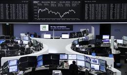 Las bolsas europeas cayeron el miércoles por segunda sesión seguida tras los ataques en Bruselas, con las empresas mineras liderando las bajas debido a un descenso en los precios de las materias primas. En la imagen, operadores trabajando en la Bolsa de Fráncfort, el 23 de marzo de 2016. REUTERS/Staff/Remote