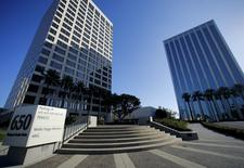 The offices of Pacific Investment Management Co (PIMCO) (L) are shown in Newport Beach, California August 4, 2015.  REUTERS/Mike Blake