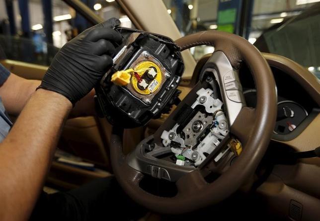 3月24日、ホンダ車に搭載されたタカタ製エアバッグインフレーター(ガス発生装置)破裂が計5件の死傷事故に関連すると判明した後の2009年8月に、ホンダがサプライヤーのタカタに設計変更を要請していたことが分かった。写真はマイアミで昨年6月撮影(2016年 ロイター/Joe Skipper)